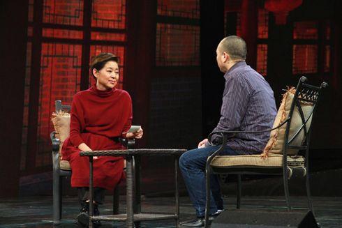 主持人倪萍用心倾听着每一位寻人者讲述寻人中遇到的艰辛