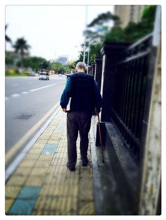 老人拐杖素材背影