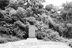 """▲""""万人坑""""旁的纪念碑"""