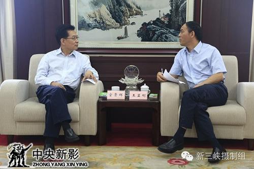 中共中央宣传部原秘书长、中国政研会副会长官景辉与王显刚亲切交谈