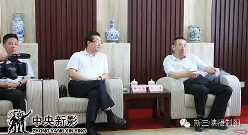 中央电视台副台长、中央新影集团董事长、总裁高峰与王显刚亲切交谈