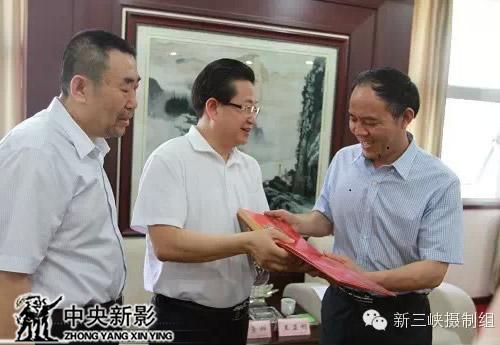 《新三峡》总导演、总制片人杨书华向王显刚介绍《中国三峡》