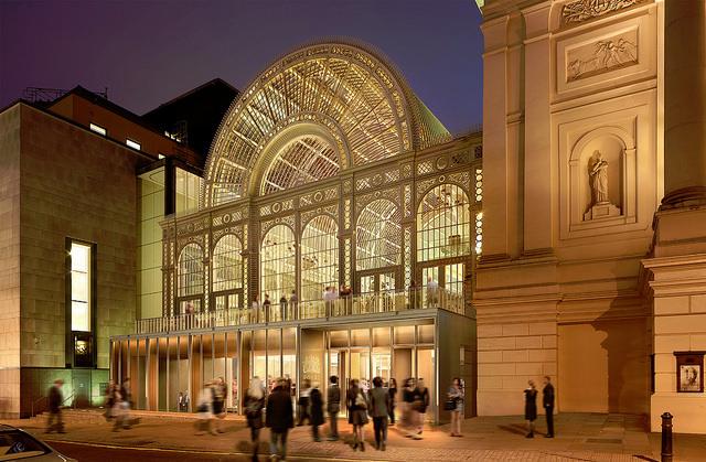 """英国皇家歌剧院   据《伦敦人》杂志消息,英国皇家歌剧院整修方案于2015年3月17日获得威斯敏斯特市议会审批通过。这项整修计划名为""""开放""""(open up),总预算金额高达2700万英镑。根据整修方案,英国皇家歌剧院将在弓街和科芬园重建剧院入口、扩建大厅和修葺剧院。但是工程启动和竣工时间目前尚未确定。英国皇家歌剧院首席执行官艾利克斯·比尔德称,该项目将创造机会、吸引观众,并让伦敦这个重要的文化城市更具活力。   整修计划指出,英国皇家歌剧院目前最大的问题就是过于拥"""