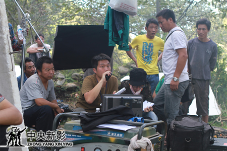 导演郑晓佳在现场指挥拍摄