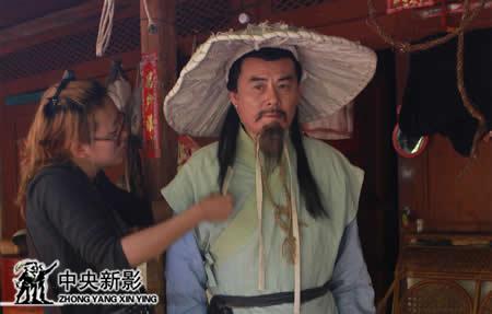 化妆师张妍为饰演徐霞客的著名演员须士川整理衣物和头饰
