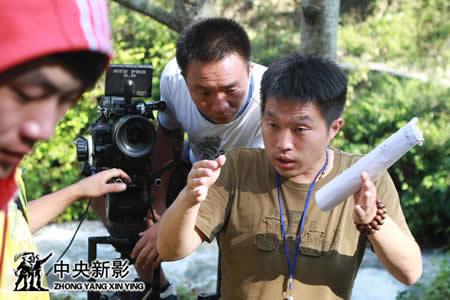 导演郑晓佳与摄影庄锐商议拍摄方案