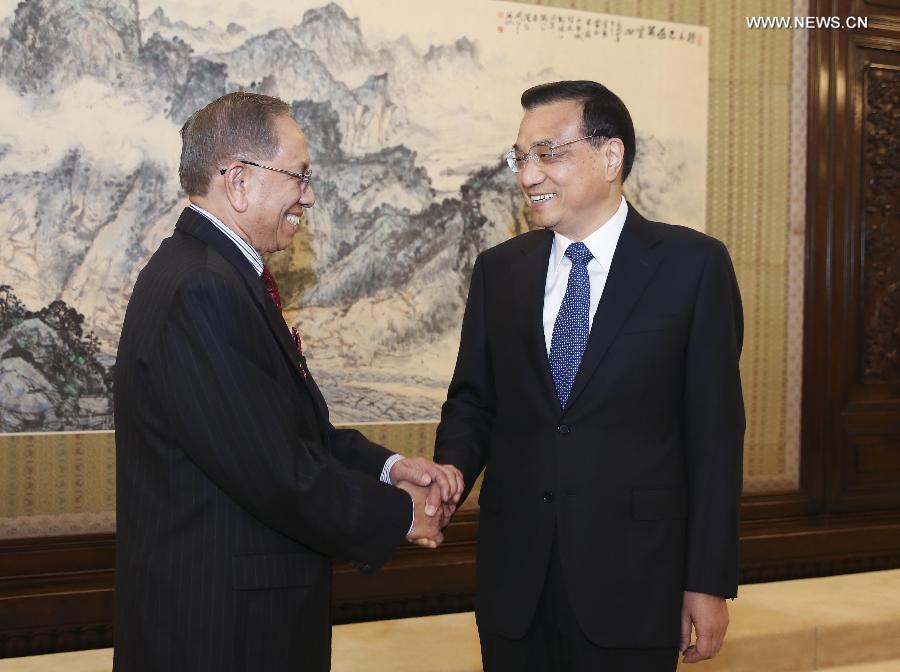 Chinese Premier Li Keqiang (R) meets with Malaysian Senate President Abu Zahar in Beijing, capital of China, May 6, 2015. (Xinhua/Ding Lin)