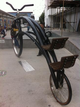 【自行车雕塑】巨大无比的自行车,而且还有两个座位,坐在椅座上从车