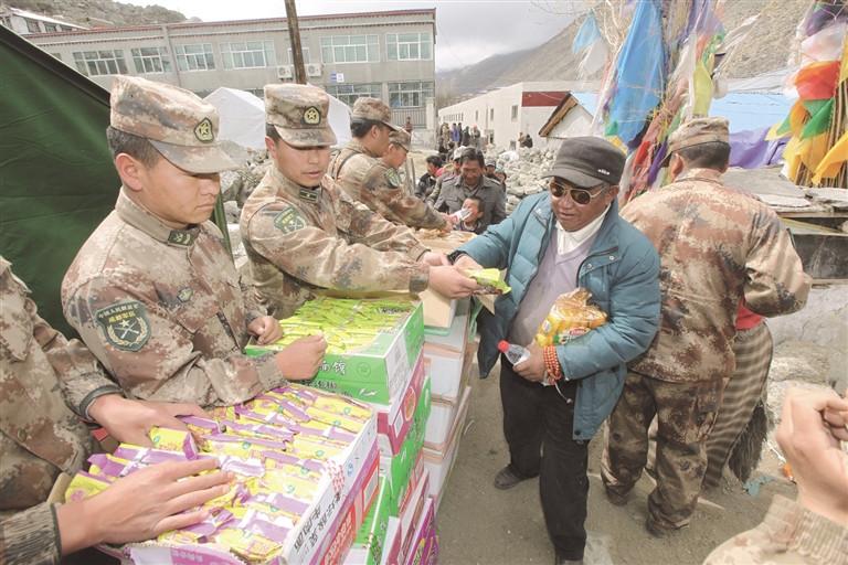 """原标题:   4月25日14时11分,尼泊尔发生8.1级强震。喜马拉雅山脉在颤抖,灾情十万火急。地震波刚刚抵达西藏,向灾区集结的号角已然吹响。   面对突如其来的灾害,在西藏各族人民群众生命财产遭受巨大损害的危难时刻,解放军、武警官兵和公安干警快速反应、立即行动,组织精兵强将全面投入抗震救灾中。   从打通""""孤岛""""通道到第一时间救人,从运送救灾物资到转移安置群众……   他们,总是站在抗震救灾第一线,哪里有需要哪里就有他们的身影;   他们,将自己的生死"""