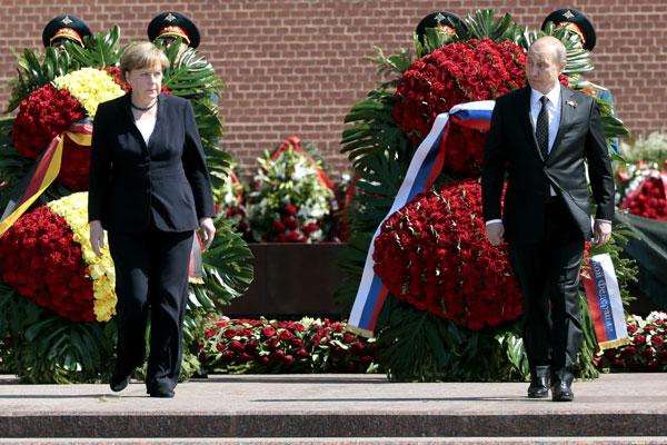 Президент РФ В.Путин и канцлер Германии А.Меркель возложили цветы к Могиле Неизвестного Солдата