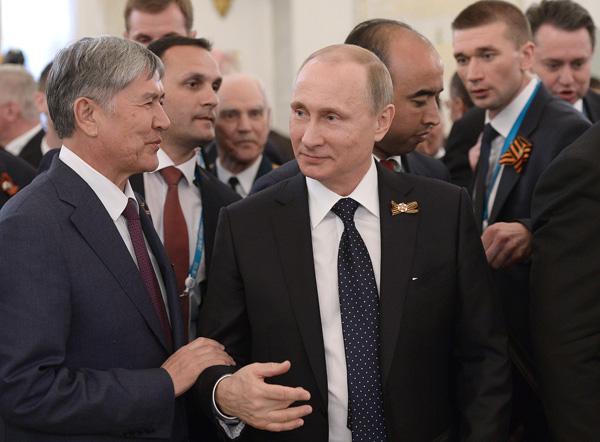 Владимир Путин на торжественном приеме в Кремле встретился с ветеранами и главами зарубежных делегаций. Фото ТАСС