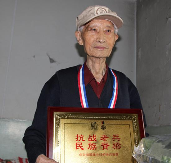今年96岁的抗战老兵李明生