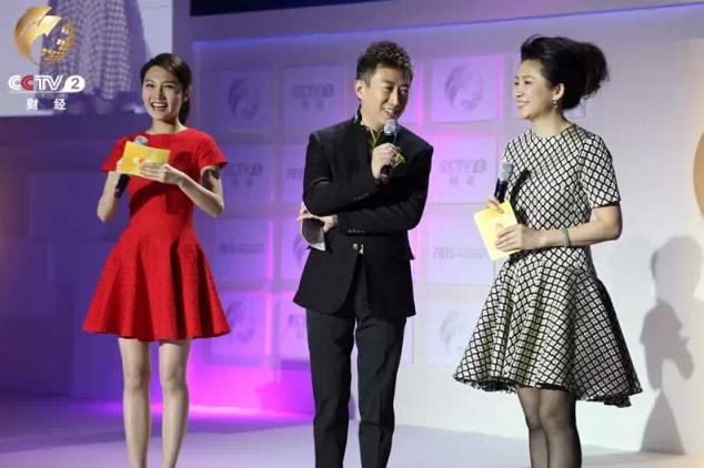 财经频道主持人王小丫、陈伟鸿、龙洋