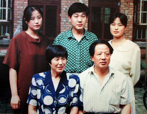 孔繁森和家人的最后一张合影,96天后他就离开了人世。
