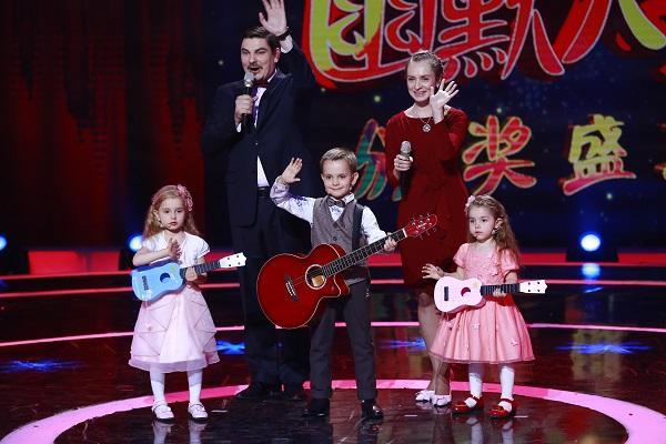 Русский вундеркинд Е Вэйго исполняет песню «Катюша» с двумя маленькими сестричками.
