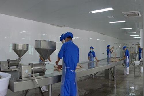先进的腊味生产设备、标准化生产车间及大型冷库