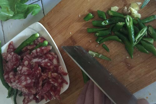 杭椒洗净斜切成小节,腊肠切成片