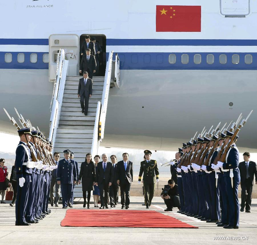 Chinese Premier Li Keqiang and his wife Cheng Hong arrive in Santiago, Chile, May 24, 2015. Li Keqiang arrived here Sunday for an official visit to Chile. (Xinhua/Zhang Duo)