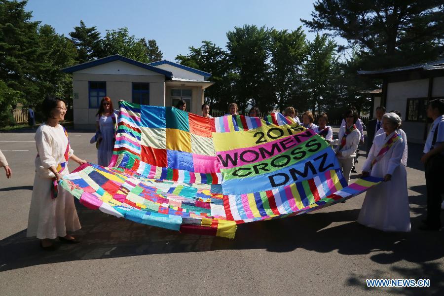 Международная делегация активисток женского движения пересекла демилитаризованную зону между КНДР и РК