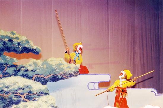 《真假孙悟空》剧照   今年迎来建院60周年的中国木偶剧院,在即将到来的六一儿童节,举办多台精彩演出和活动。5月31日至6月1日,大型杖头木偶剧《真假孙悟空》亮相国家大剧院。5月31日,猪猪侠姊妹篇《逗逗迪迪之天鹅传奇》在中国木偶剧院大剧场首演,5月30日,中国木偶剧院和上海美术电影制片厂共同打造的大型动漫舞台剧《黑猫警长》也将在中国木偶剧院和观众朋友们见面。另外公司还推出了迎六一献爱心,残疾人儿童公益专场演出活动。当天凭残疾证即可免费领取6月1日14:30《逗逗迪迪之天鹅传奇》演出票一张(限100张)