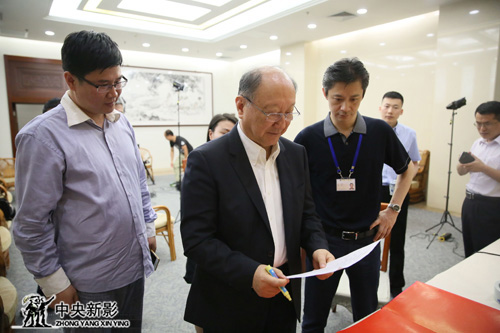 徐匡迪主席与《大国钢铁》制片人王世光(左)