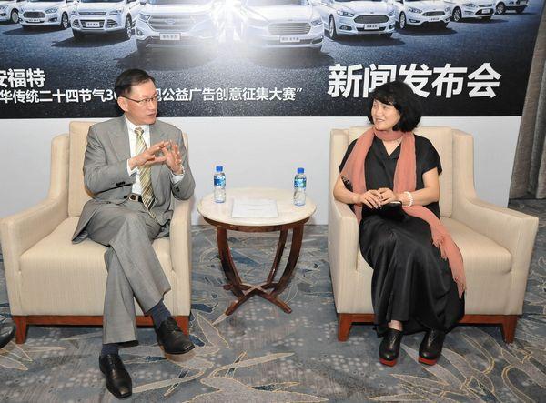 央视广告经营管理中心副主任李怡与长安福特汽车有限公司销售分公司副总经理刘宗信交流。