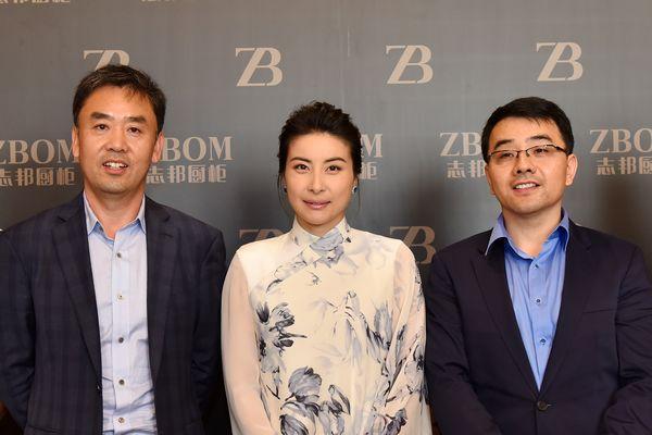郭晶晶与志邦董事长(左)孙志勇总经理(右)许邦顺合影