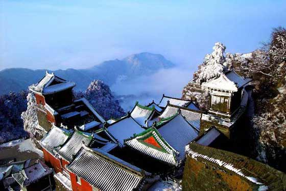 The imperial palaces and temples in the ancient building in the Wudang Mountains reflect the common customs and the architecture of religious buildings as well as artistic achievement during the Yuan, Ming and Qing dynasties.