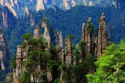 △张家界国家森林公园 改名为张家界带来了巨大的旅游收益。2009年,旅游收入就突破了100亿元。但是别急,关于张家界改名的风波还没结束。