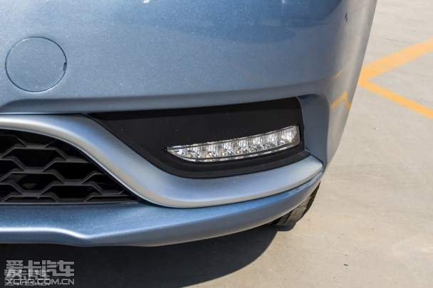 """""""2015款新帝豪三厢1.5L CVT向上型""""还配备有自动大灯的功能   总结:如果我们仅从车身尺寸、内部空间、功能配置这些表面现象去比较的话,似乎""""2015款新帝豪三厢1.5L CVT向上型""""处处占优,再加上比""""2015款凯越1.5L 自动经典型""""略低一些的价格,可以说论性价比的话吉利新帝豪三厢这个中国品牌车型丝毫不比别克凯越这个合资品牌车型弱。   但是对于消费者来说,有的时候心理上的那个""""坎儿""""并不是能"""