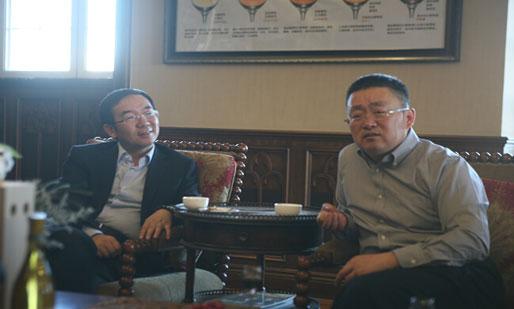 央视广告中心主任何海明(左)与张裕副总经理孙健交流