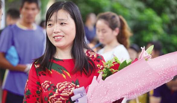 昨日下午,一位家长带着鲜花到考点外迎接考生。