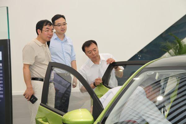 中央电视台副总编辑程宏(右)、广告经营管理中心主任何海明(左)参观长安汽车