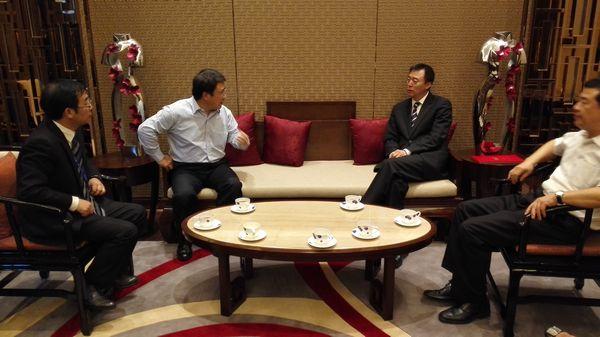 中央电视台副总编辑程宏(右二)与东风公司副总经理刘卫东(左二)会谈。