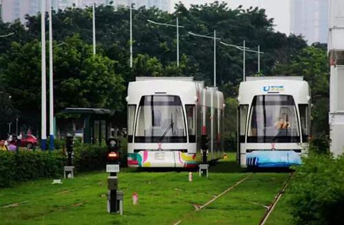 В Гуанчжоу экскурсионный трамвай превратили в мобильный книжный магазин