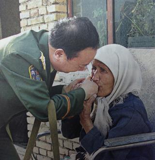 庄仕华治好了维吾尔族大妈阿黑娅的病,并为她家盖好了新房、资助2个孙子上学。