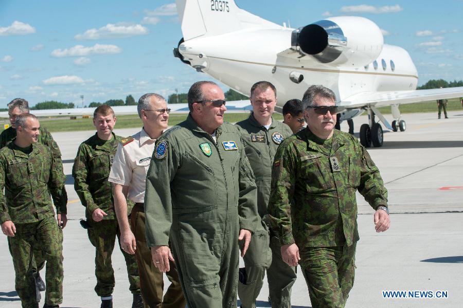 Командующий силами НАТО в Европе посетил Литву на фоне возможного размещения там вооружений США