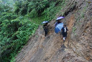 高德荣常年不顾下雨塌方危险徒步奔走于独龙江乡高山峡谷。