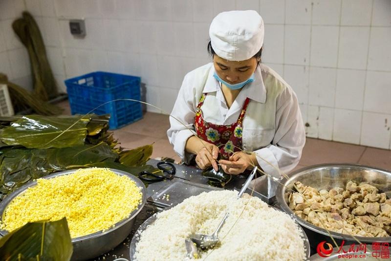 يمكن لعامل ماهر واحد أن يلف أكثر من 1000 قطعة سونغزي في اليوم الواحد