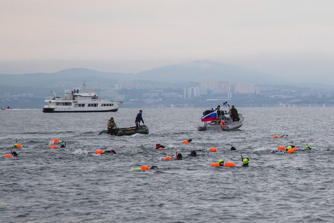 Марафонский заплыв в День России во Владивостоке прошел под дождем