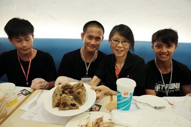 周美青端午节与资助学生聚餐 玩桌游分享人生感悟