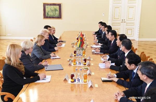 نائب رئيس مجلس الدولة الصيني يلتقي بالرئيسة الليتوانية