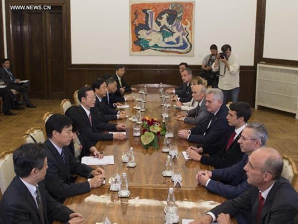 نائب رئيس مجلس الدولة الصيني يلتقي الرئيس الصربي