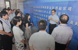 邹碧华向来法院的区人大代表介绍情况。