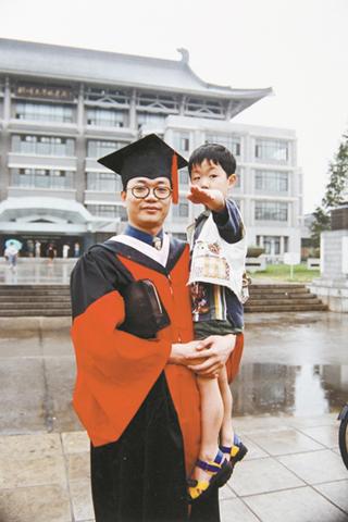 1999年邹碧华获得博士学位时,与儿子在北大图书馆前合影。