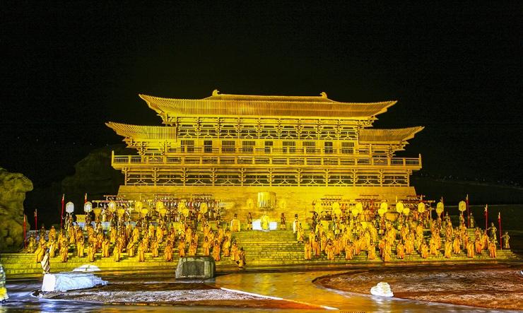 Современные развлечения на фоне тибетских пейзажей