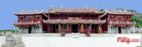 青礁慈济宫又称东宫,位于厦门海沧镇青礁村崎山(岐山)东南麓,四周地域辽阔,景色秀丽。