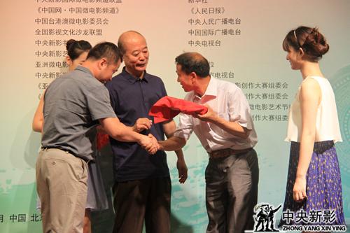 《中华美德》主题歌词曲作者李勤、王国欢向组委会赠送光盘