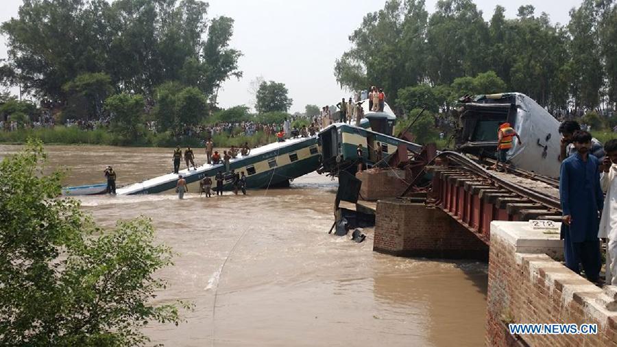 Не менее 12 человек погибли в результате крушения поезда в Пакистана