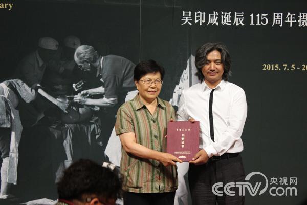 开幕式现场中国美术馆馆长吴为山向吴印咸先生家属颁发捐赠证书。